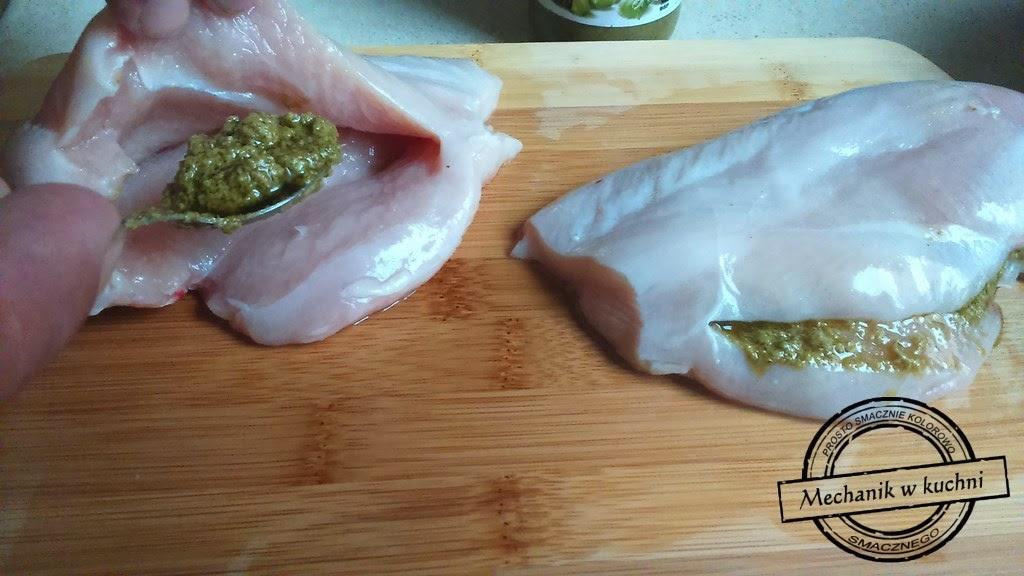 Pierś kurczaka nadziewana pesto pieczona w dojrzewającej szynce Mechanik w kuchni