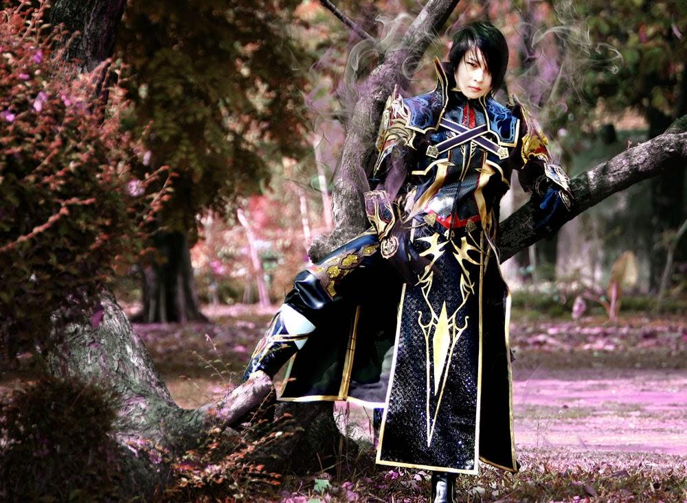 photo de cosplay masculin d'un chevalier en armure noire dans la nature avec des volutes de fumée derrière les épaules