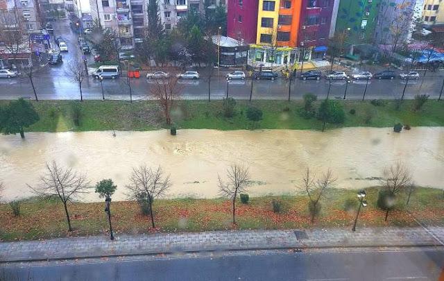 """Përmbytje në Tiranë, """"Lana"""" del nga shtrati"""