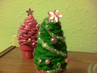 Dark thoughts pine cone christmas tree crafts for Small pine cone crafts