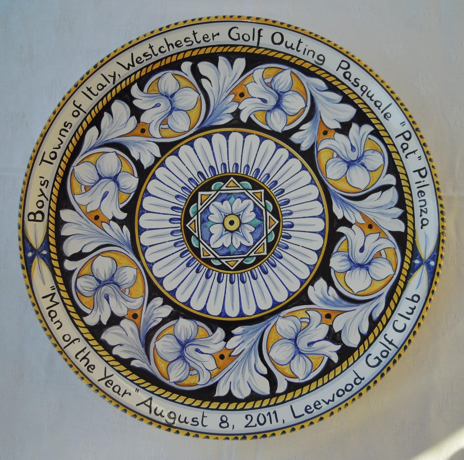 Ceramica come mestiere piatti decorativi ornati con motivi floreali e dedica sul bordo - Piatti decorativi ...