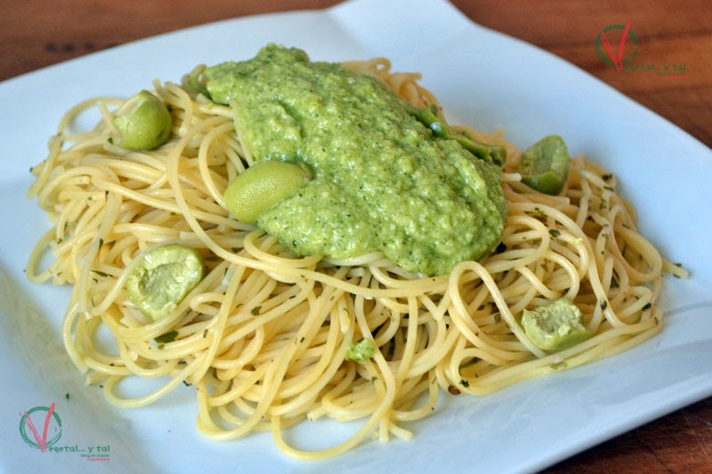Espagueti con salsa pesto de brócoli.
