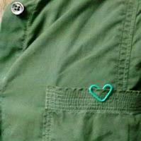 klip simbol cinta di saku baju cowok juga cocok
