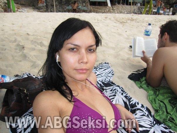 Kumpulan foto hot artis indonesia berbikini di pantai   ABGSeksi.com