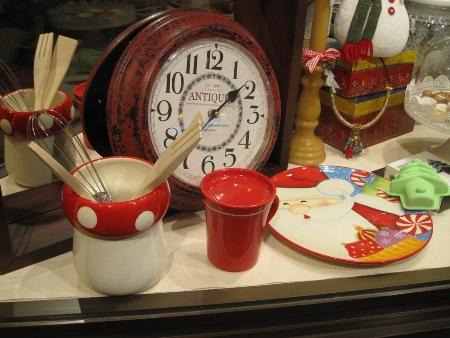 Reloj redondo antique. Tazon rojo infusiones. Plato papanoel