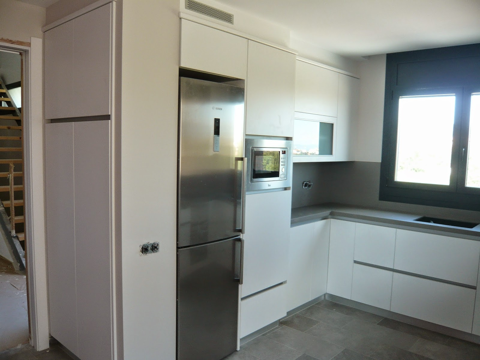 Reuscuina muebles de cocina formica blanca sin tiradores for Mueble para lavadora y lavavajillas