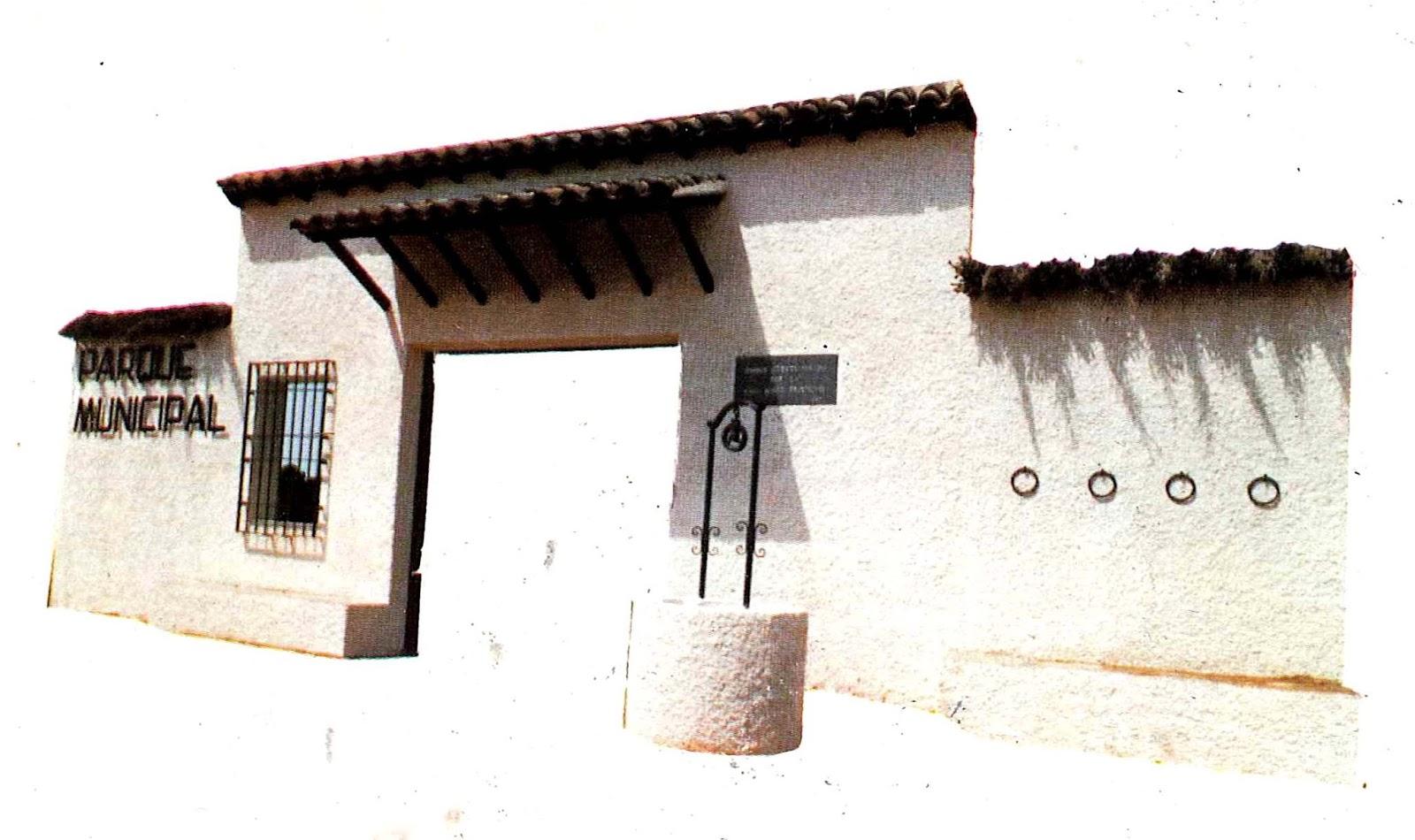 El sayon la antigua puerta del parque del municipal del for Cementerio parque jardin la puerta