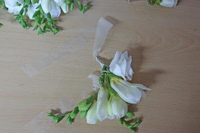 Blumen-Armband für die Brautjunfern mit Fresien