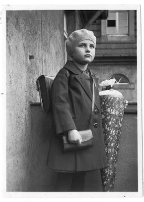 Kind mit Tornister, Brotbeutel und Zuckertüte aus den 1920er Jahren