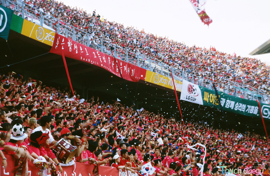A lot of Korean Red Devils are cheering Korean national football team