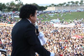 A Multidão parou para ouvir o Senador Magno Malta