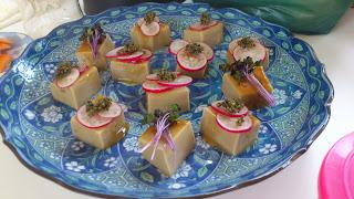 出張料理:1品目の 胡麻豆腐のラディッシュのせ