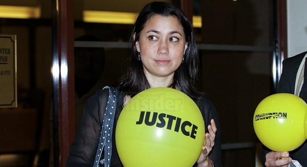 Jatuhkan belon kuning atas Najib, Penari wanita mengaku tidak bersalah