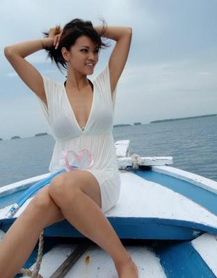 Foto Hot Seksi Montok Artis Cantik Farah Quinn Dan Biodata