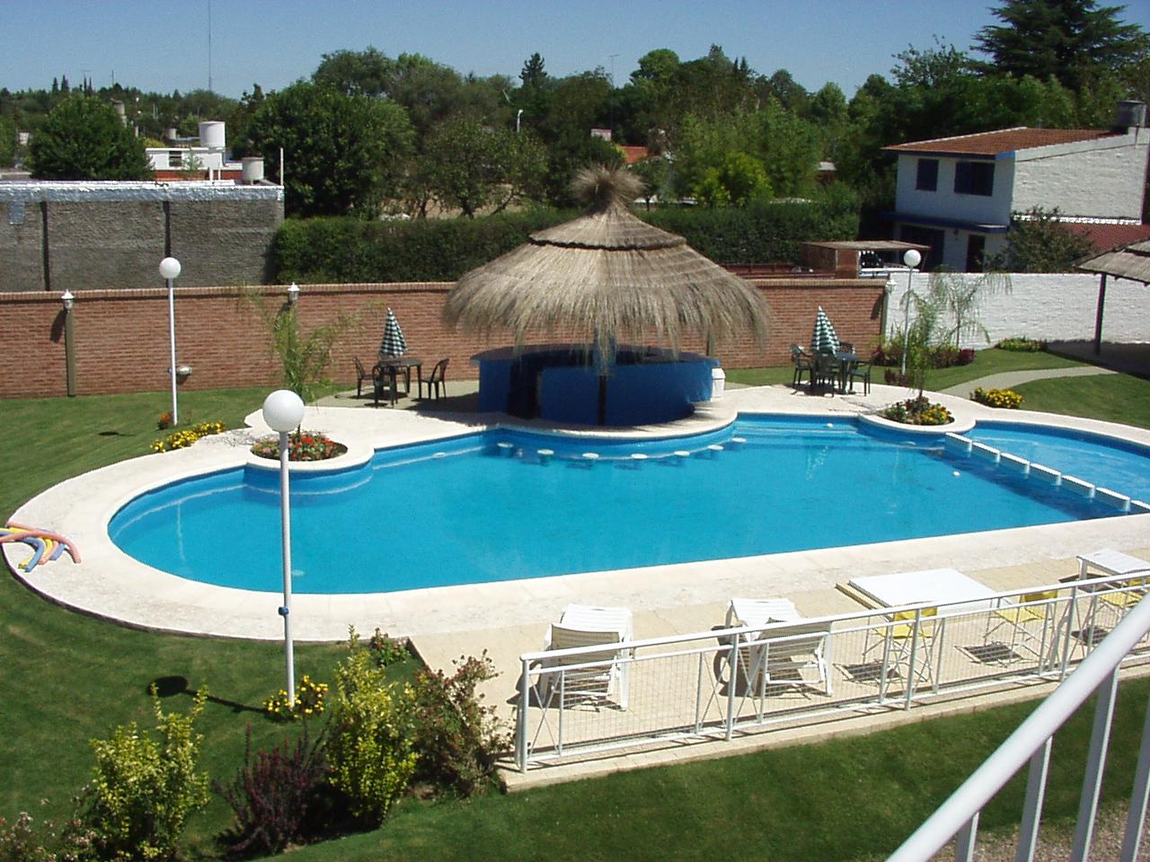 Dise os de piscinas con bar casa dise o for Diseno piscina