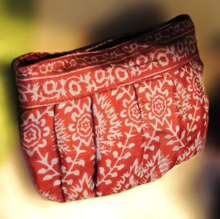 Neceser de seda estampado en rojo y blanco