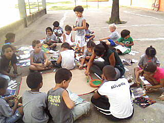Alunos do 1º ano desenvolvendo atividade sobre o meio ambiente