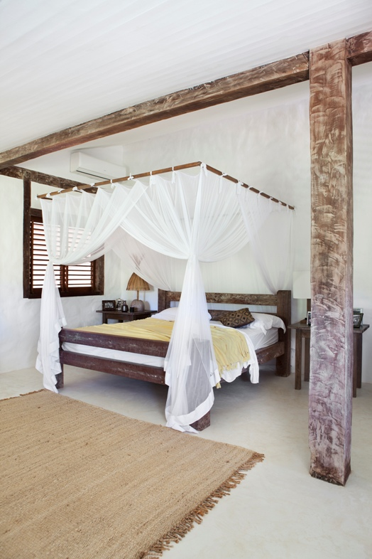 cama con dosel de madera exótica