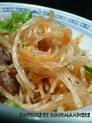 Vermicelles de riz sautés aux saveurs épicées.