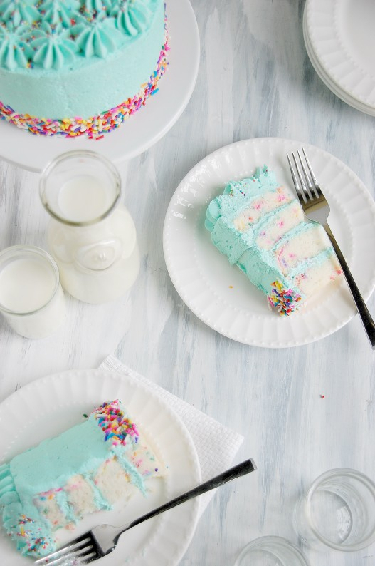 receita-bolo-aniversario-cobertura-azul-confetti