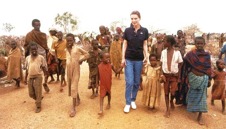 Audrey Hepburn (1929-1993) en Kenya con los refugiados somalíes en septiembre de 1992