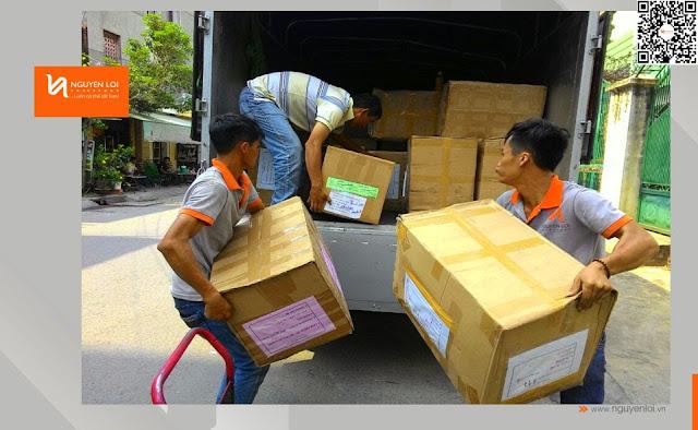 xe tải chở hàng - bốc xếp