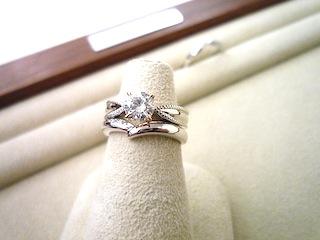 重ねつけしたフルオーダーエンゲージリング(婚約指輪)とマリッジリング(結婚指輪)です。