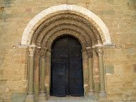Detall de la portalada romànica amb les arquivoltes decorades