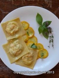 http://salzkorn.blogspot.fr/2012/09/ravioles-de-saumon-et-fromage-de-chevre.html