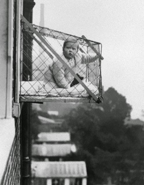 Детские клетки использовались для того, чтобы дети получали достаточно солнечного света и свежего воздуха, когда жили в многоквартирных домах, 1937 г.
