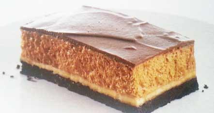 """Для коржа: - печенье """"Орио"""" - 3 пачки; - сахар - 2 ст . л; - масло сливочное - 125 г;"""