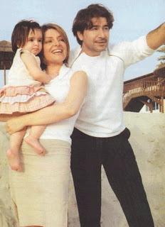 صورة الفنان السوري عابد فهد وزوجته المذيعه السورية زينة يازجي وطفلتهما