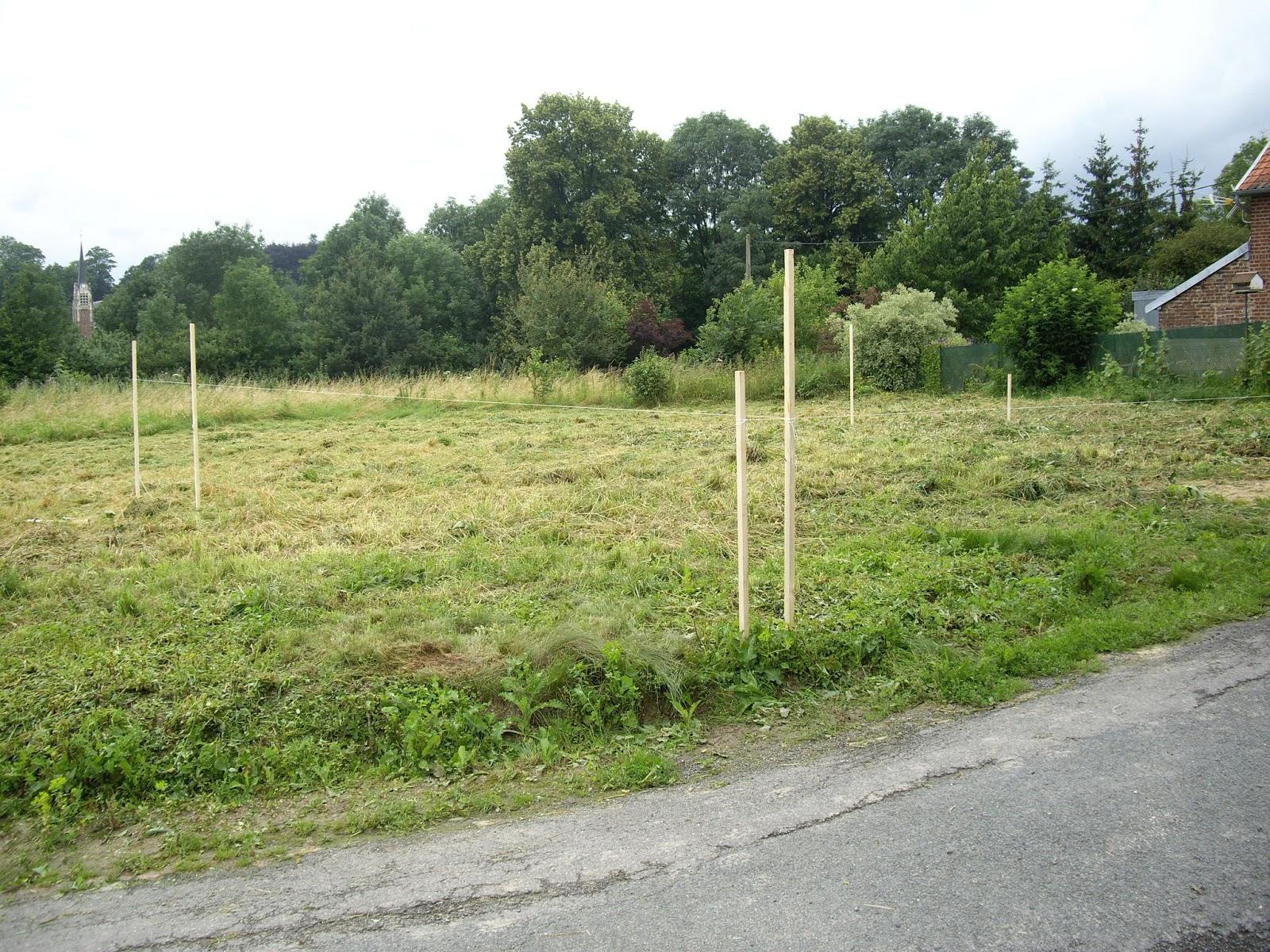 nous nous aidons de tasseaux en bois de 38x38mm enfoncs de niveau dans la terre on peut voir sur les photos quil y a une grosse pente - Implantation Maison Sur Terrain En Pente