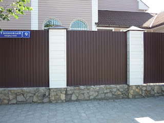 Забор из профлиста с кирпичными столбами. Фото 4