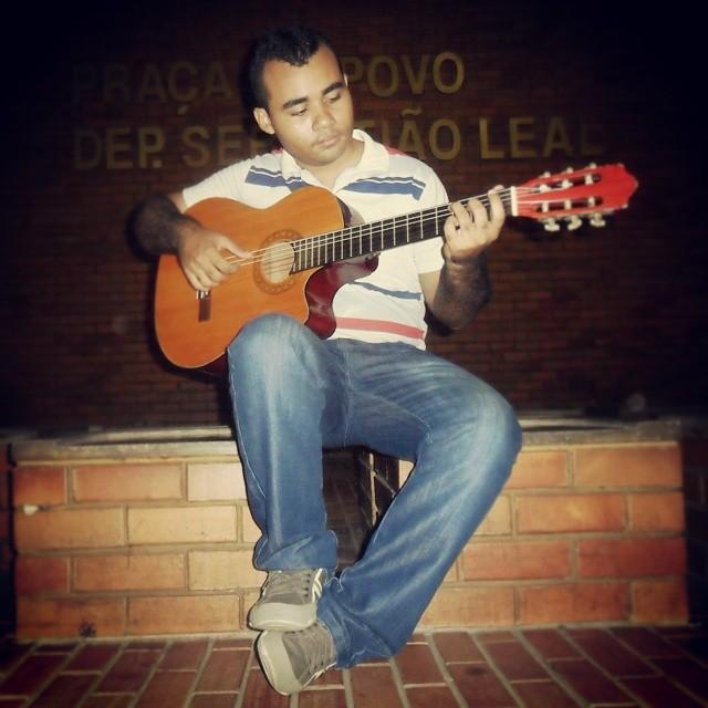 """♫""""Debaixo dessas luzes coloridas, nesse palco, minha vida, minha voz, meu violão...""""♫"""
