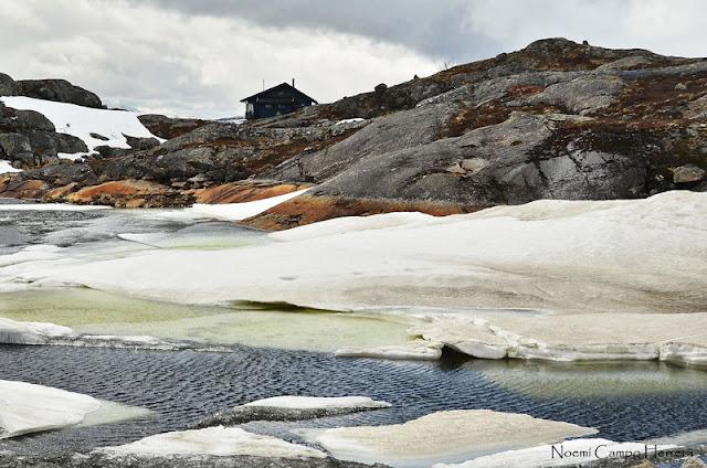 Casa junto al lago helado
