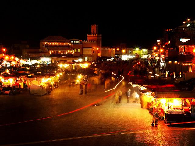 Jemma el Fna nocturna en Marrakech. Red and black lights on Morocco by Marta Viader.