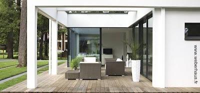 Sector exterior de una residencia contemporánea construida con obra seca en Francia