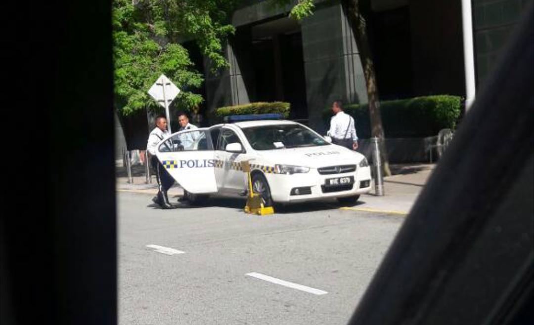 kereta polis kena clamp