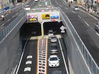 中央2車線が地下トンネルになり、スムースな流れになっていた。