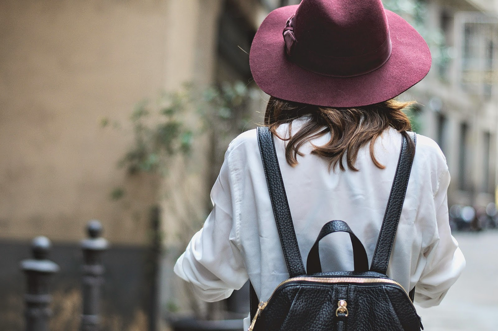 Mono fashion pills, camisa Mango, bolso Pepe Moll, sombrero burgundy H&M, stilettos piel negra Menbur