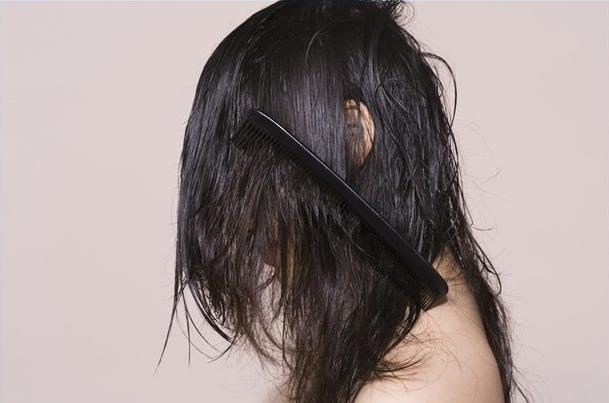 Fios colados na raiz – O mal dos cabelos oleosos