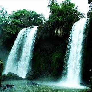 Salto Dos Hermanas, Parque Nacional de Iguazú, Argentina. Duas quedas d'água, lado a lado.