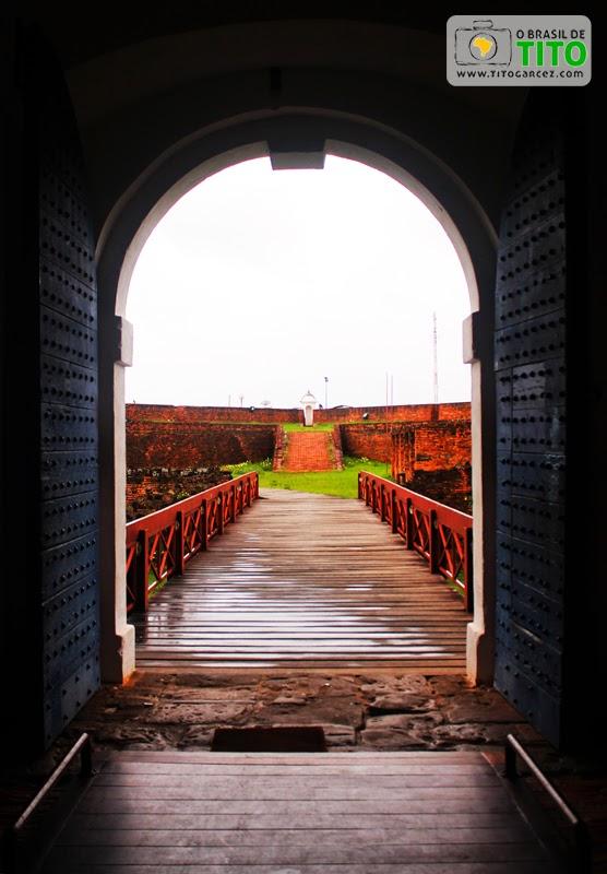 Entrada principal, passarela e revelim da Fortaleza de São José de Macapá, no Amapá