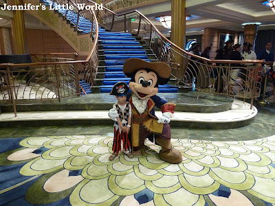 Meeting pirate Mickey Mouse on the 迪士尼 Fantasy cruise ship