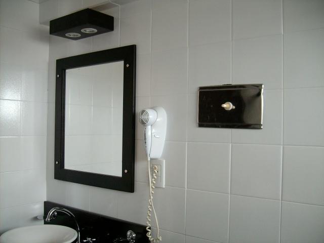 Mamparas Para Baño Fv:se complemento con herrajes de bronce cromado, un espejo con marco de