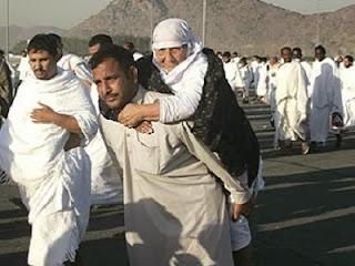 Menggendong orang tua (foto humanityislam.com)