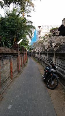 Callecita de acceso a la playa de Kuta (Bali)