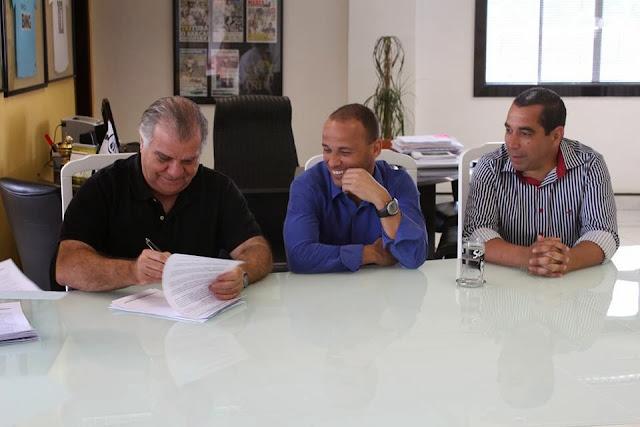 Léo renova com o Santos até o final do Paulistão 2014