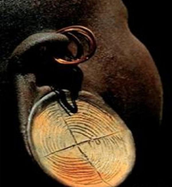 Kinh dị bộ tộc làm đẹp đeo đĩa lên môi 10